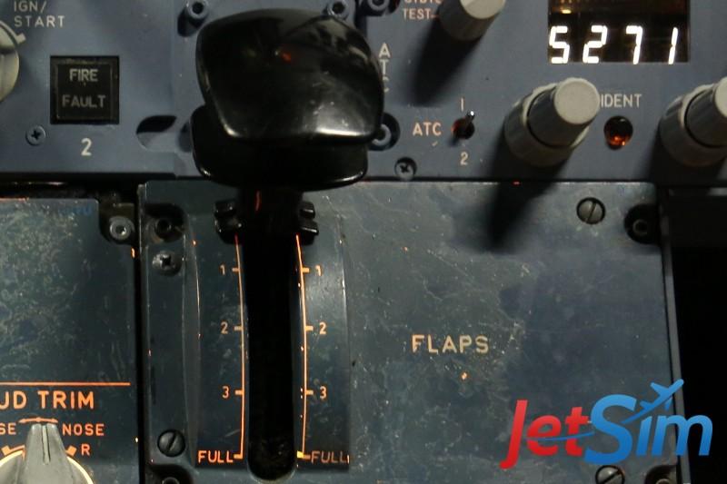 Das Flugsimulator-Cockpit hat einen echten Airbus-Landeklappen-Hebel