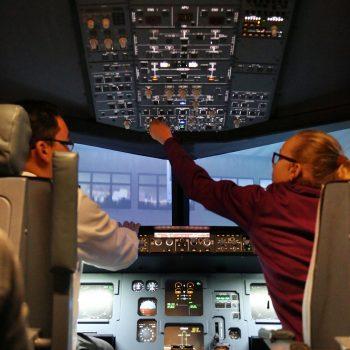Das Erlebnis im Flugsimulator Berlin von JetSim startet meist mit der Vorbereitung des Cockpits