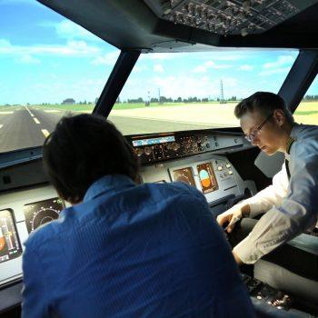 Beim Flugsimulator-Event Berlin werden letzte Informationen im Cockpit vermittelt