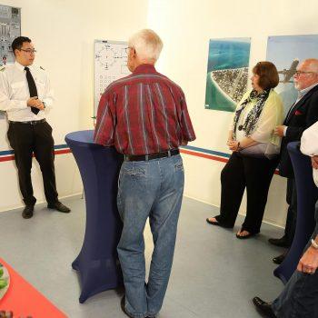 Bei einem JetSim Event wird den Gästen das Cockpit vom Flugsimulator detailliert erklärt