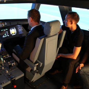 Beim Flugsimulator-Event Berlin werden letzte Infromationen im Cockpit vermittelt