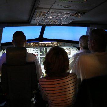 Auch bei einem Event sind Passagiere im Flugsimulator in Berlin mit an Bord