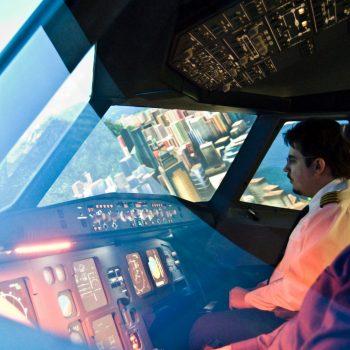 Mit dem JetSim-Flugsimulator in Berlin im Flug-Erlebnis über Hongkong