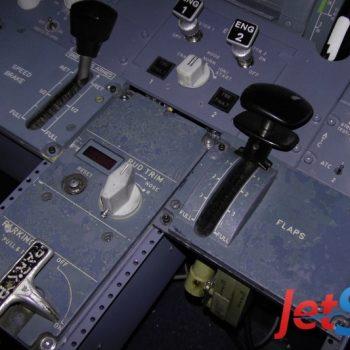 Grobe Fertigstellung Umbau des Pedestal-Panels im Flugsimulator-Cockpit